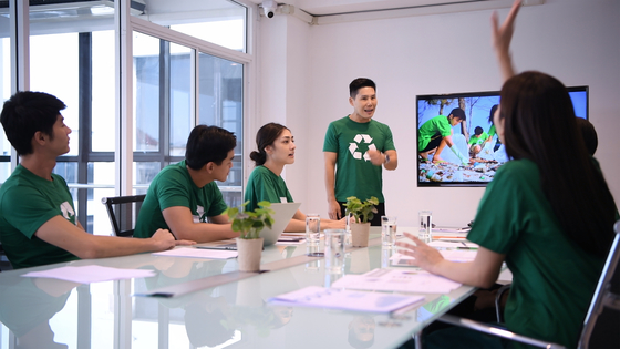 Meeting with employees wearing recycling shirts