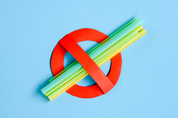 'No Use' symbol with plastic straws.